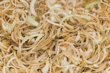 Die Zwiebeln Zwiebelringe werden in der Pfanne glasig angebraten und karamellisiert