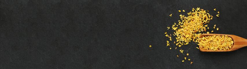 Cuillère de fleur d'osmanthus sur ardoise, carte, menu, bannière