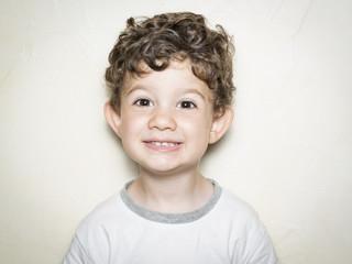Niño con gesto alegre