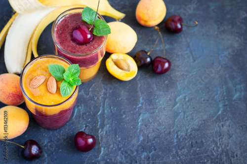 Foto: Fresh seasonal colorful Smoothies of apricot and sweet cherry on