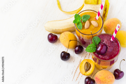 Foto: Fresh seasonal colorful Smoothies of apricot and sweet cherry. T