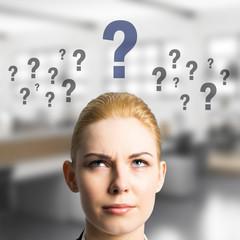 junge Geschäftsfrau hat viele Fragen