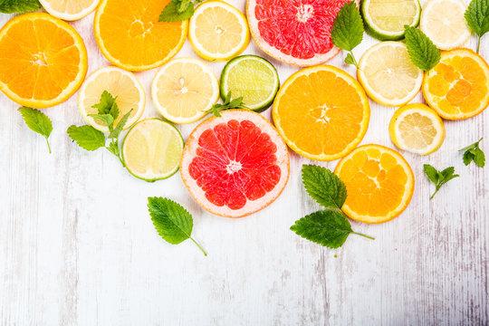 Querschnittene Zitrusfrüchte