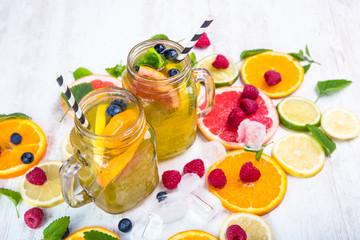 Limonade mit querschnittene Zitrusfrüchte