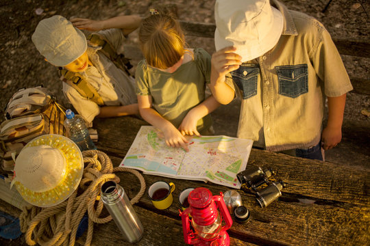 summer camps,scout children read map