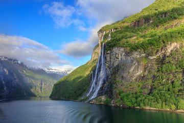 Geirangerfjord mit dem Wasserfall Sieben Schwestern im Morgenlicht