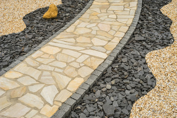 Gartenweg aus Natursteinplatten im Steingarten diagonal  --- Diagonal garden path of natural stone slabs in the rock garden