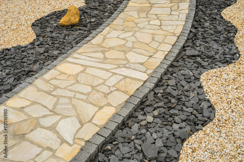 Gartenweg Aus Natursteinplatten Im Steingarten Diagonal     Diagonal Garden  Path Of Natural Stone Slabs
