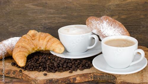 guten morgen leckeres fr hst ck mit latte macchiato und croissants stockfotos und. Black Bedroom Furniture Sets. Home Design Ideas