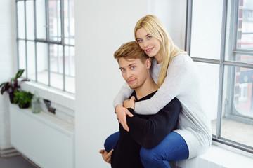 glückliches paar umarmt sich in der wohnung