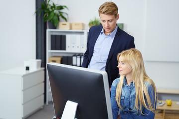 kollegen arbeiten zusammen am computer