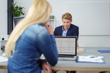 junge mitarbeiter arbeiten im büro am laptop