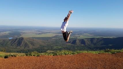 Homem gritando e pulando alto
