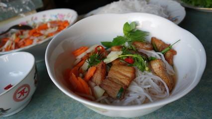 Bun Cha - Reisnudeln mit gegrillten Schweinefleisch