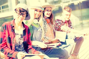 Studenten Schüler Gruppe mit Tablet PC und Smartphone