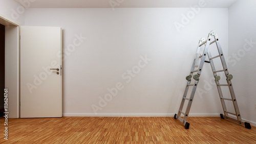 leerer wei er raum mit alu leiter zdj stockowych i obraz w royalty free w. Black Bedroom Furniture Sets. Home Design Ideas
