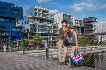 Mère et fille devant des immeubles à Confluence à Lyon