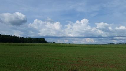 Imposante Wolkenbildung über einem Feld