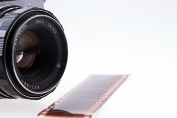 Analoge Kamera mit Filmstreifen