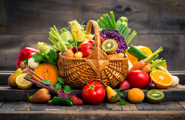 Photo sur Plexiglas Legume Fresh fruits and vegetables in the basket