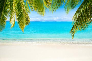 Strand mit Meer als Hintergrund