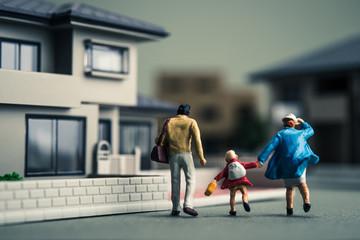 ミニチュアの家族3人と住宅