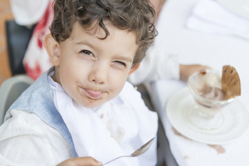 Niño comiendo postre