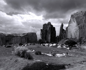 Fototapete - Black and White Monument Valley Cloudy Skies