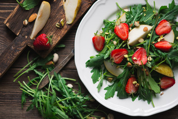 Salad with strawberry, arugula and pear