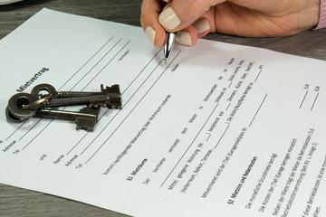 Eine Frau und ein Mietvertrag