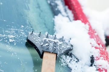 Eis von Windschutzscheibe kratzen