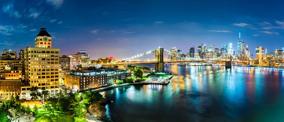 Fototapete - New York City panorama by night. Brooklyn Bridge spans East River linking Manhattan and Brooklyn boroughs