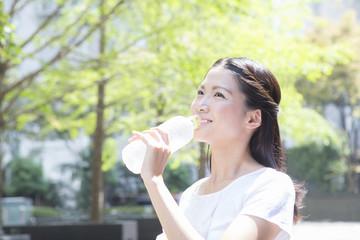 ペットボトルを持つ女性 ビジネス