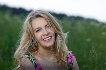 Летний портрет красивой женщины посреди поля