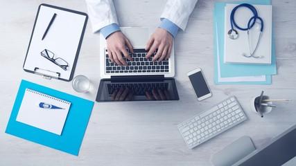 bureau médecin, stéthoscope,ordinateur portable, smartphone,calepin