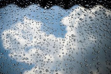Vetro bagnato con sfondo di cielo