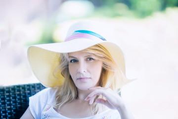 Летний портрет женщины в шляпе в пастельных тонах