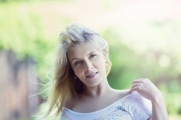 Портрет блондинки с развевающимися волосами
