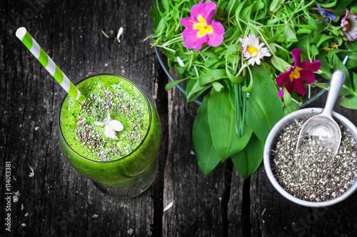 gr ner smoothie mit chiasamen und wildkr uter salat. Black Bedroom Furniture Sets. Home Design Ideas