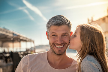Tochter gibt Papa einen Kuss