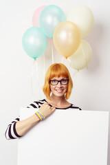 schöne junge frau mit schild und ballons