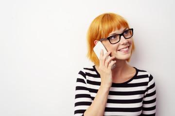 glückliche frau telefoniert mit ihrem mobiltelefon und schaut nach oben