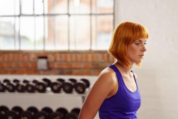 attraktive frau im fitnessstudio