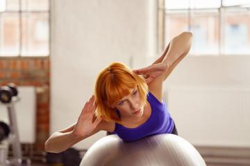 frau macht pilates-übungen auf einem gymnastikball