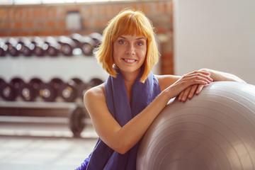 lächelnde frau im gymnastikkurs im fitness-studio