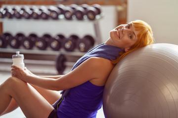 frau entspannt nach dem kurs im fitnessstudio