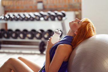 frau macht eine trinkpause nach dem workout