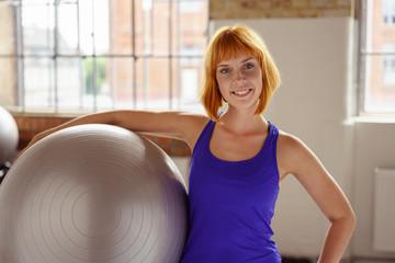 fitness-trainerin mit einem ball im studio