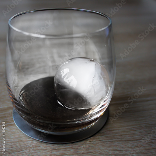 whisky glas mit eisw rfel stockfotos und lizenzfreie bilder auf bild 114057568. Black Bedroom Furniture Sets. Home Design Ideas