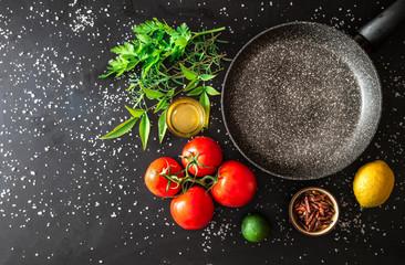 padella vuota con ingredienti freschi